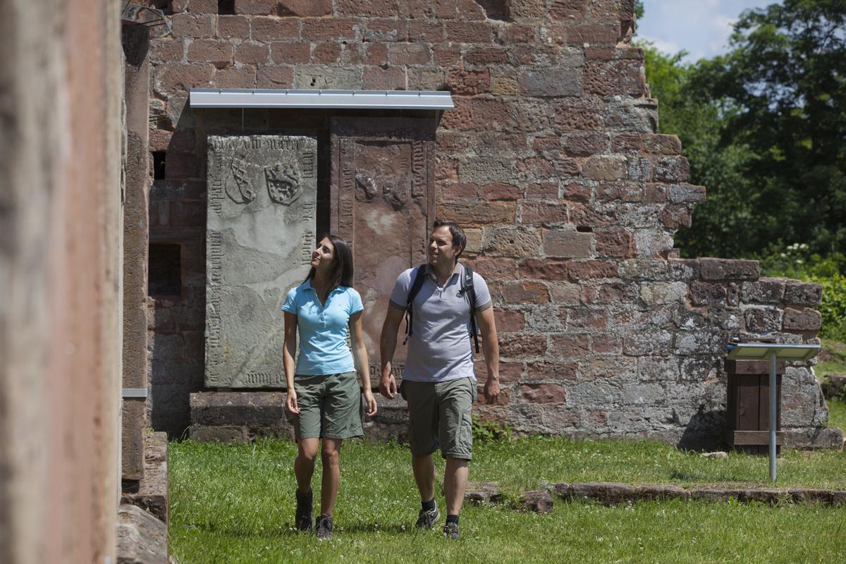 Besucher der Klosterruinen Wörschweiler