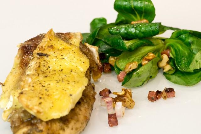 Hähnchenbrust mit Birnen-Chutney und Camembert