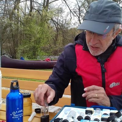 Ralf Döllgast bei der Gewässerprobe