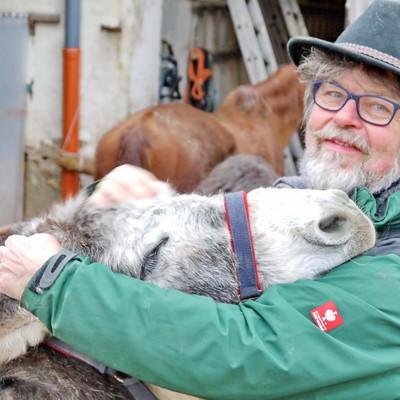 Hannes Ballhorn vom Hof Sonnenbogen mit seinem Esel Anton