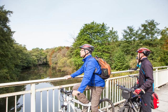 Fahrradfahrer schauen auf die Blies