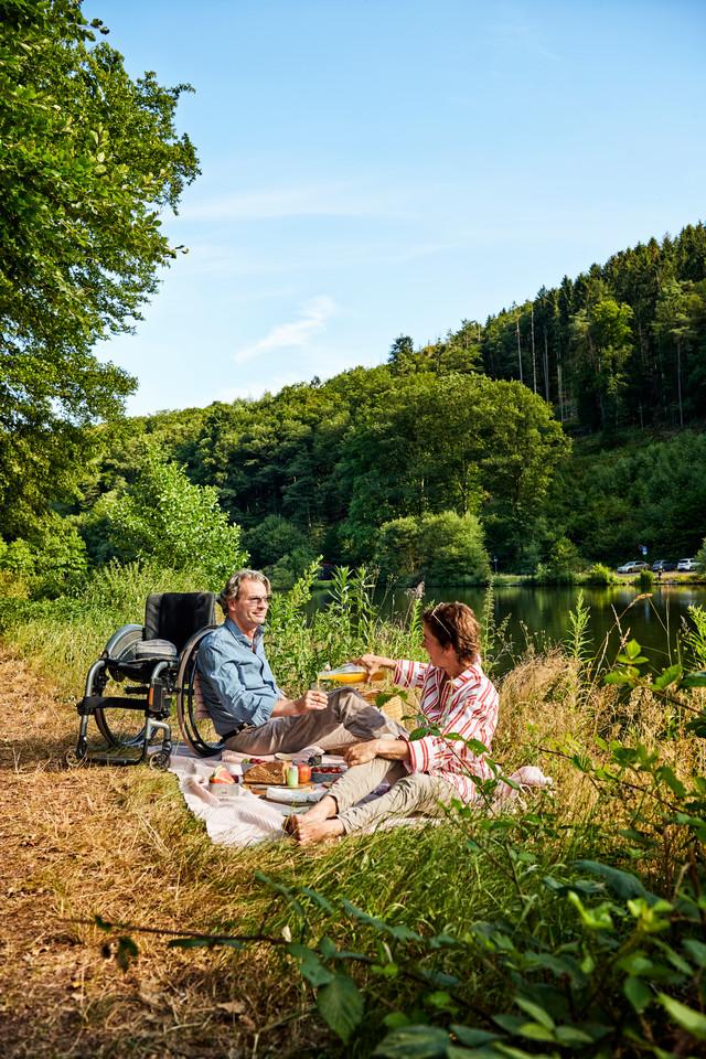 Picknick mit Rollstuhl am Wasser