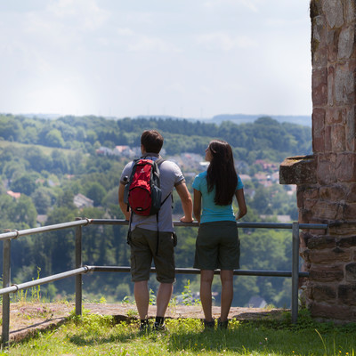 Wanderer an der Klosterruine Wörschweiler