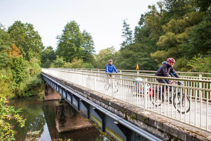 Radfahrer auf Brücke