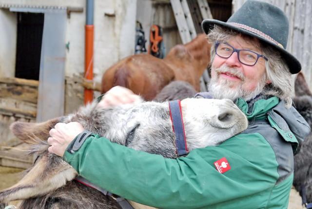 Hannes Ballhorn mit Esel vom Hof Sonnebogen in Wolfersheim