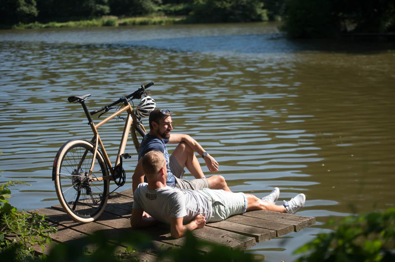 Radfahrer machen Rast am Würzbacher Weiher